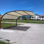 Pensilina ombreggiante autoportante verniciata con copertura tent mesh