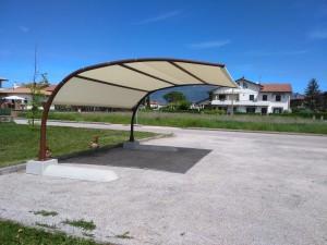 Pensilina ombreggiante autoportante verniciata con copertura tent mesh mod. Becco d'Aquila